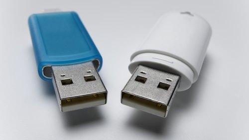 <p> Divas ierīces var koplietot vienu portu ar USB centrmezglu. </p>